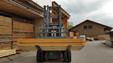 The integrated tipping carriage from KAUP during its main task: the internal transport of wood packages.