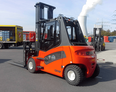 The Carer A80-900X is the first completely electric forklift that can also be used outdoors 365 days per year. It has an IP classification that is insensitive to dust and water.