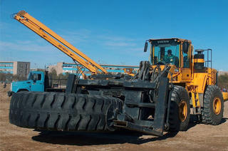 The KAUP Tyre Handler T421SV on duty.