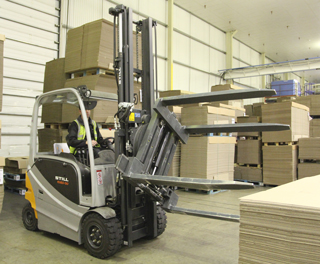 Beacon Packaging Ltd. uses a KAUP Pallet Turnover Clamp T451W for internal transportation of corrugated cardboard.