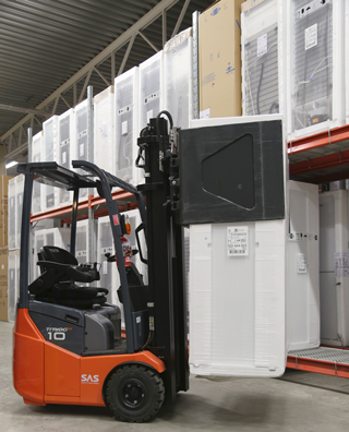 The 1T413G/180TM is used by Elgiganten to handle palletized and non-palletized goods.