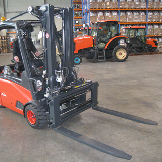 The fork positioner type 2T466BZ is used to transport palletized goods.